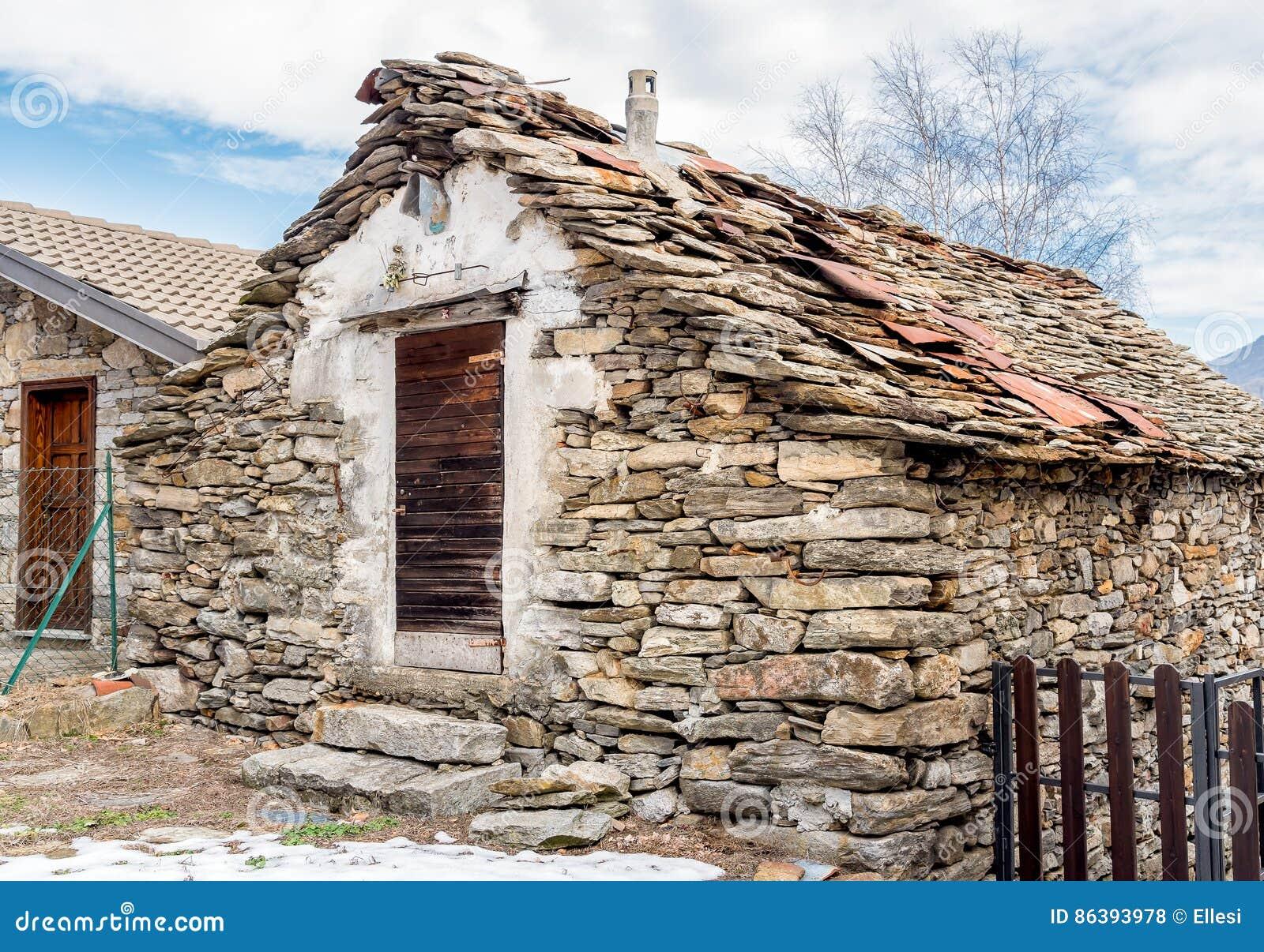 Casa di pietra nel paesino di montagna fotografia stock for Case di pietra davanti