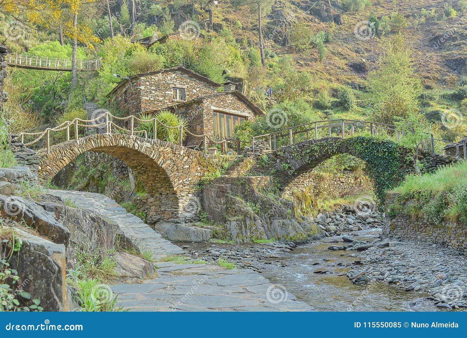 Case In Pietra Di Montagna : Casa di pietra di village della montagna vecchia immagine stock