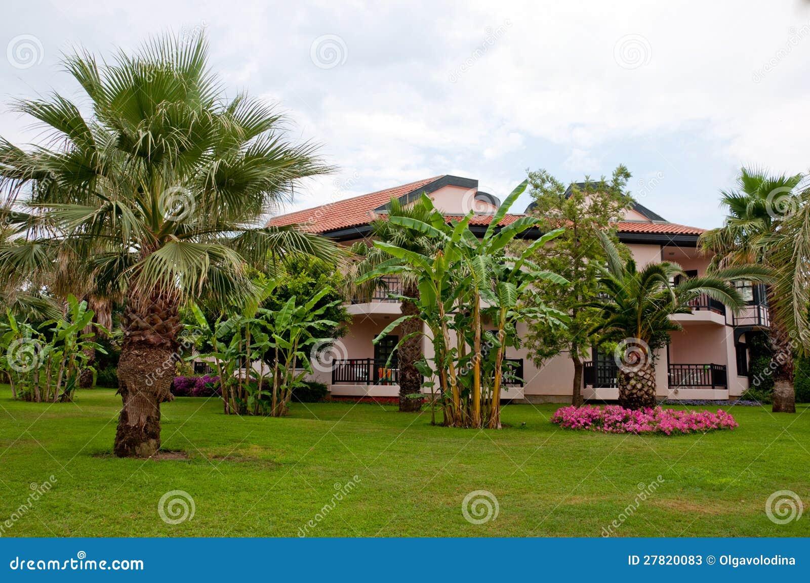 Casa di tedesco stile con il giardino tropicale fotografie for Piani di casa tropicale con cortili