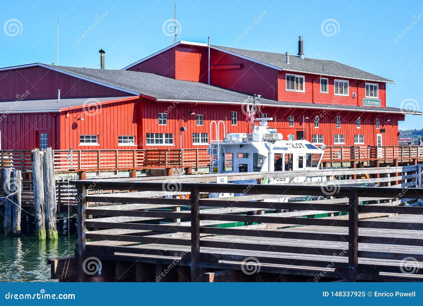 Casa di vacanza di lusso di House del pilota sul lungomare lungo il fiume Columbia in Astoria del centro