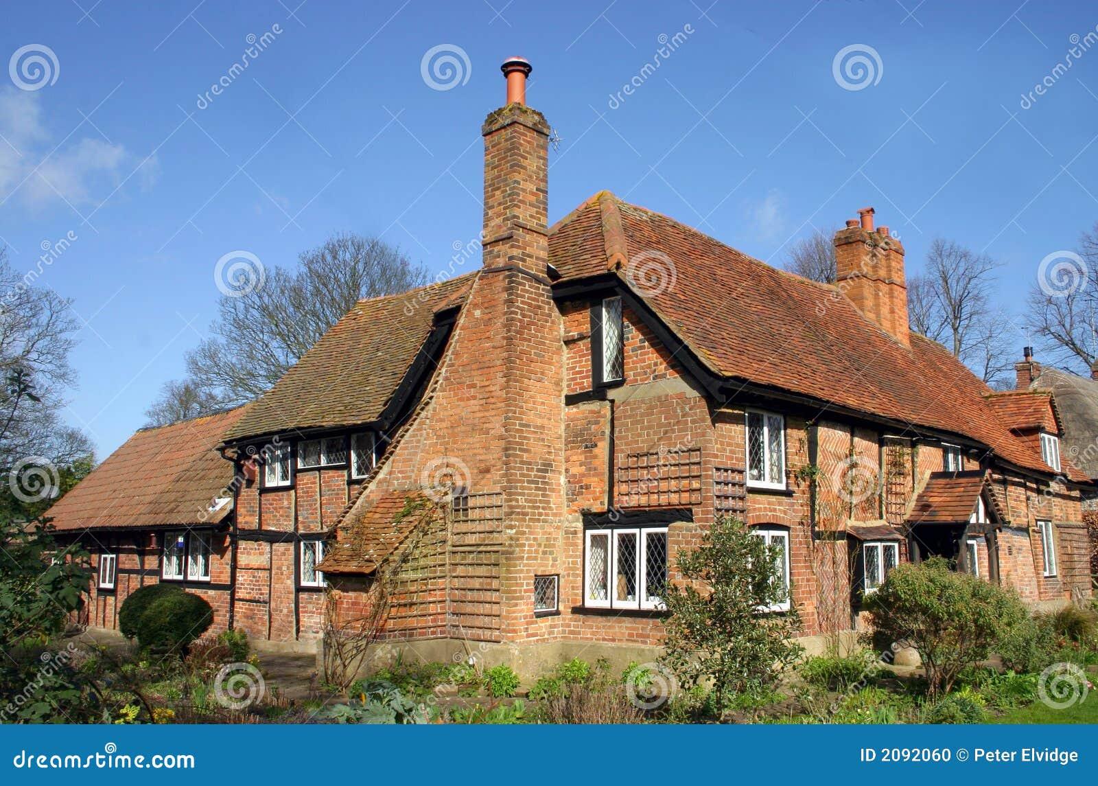 Grande casa tradicional do tijolo e da madeira em Askett  #1F5DAC 1300x947