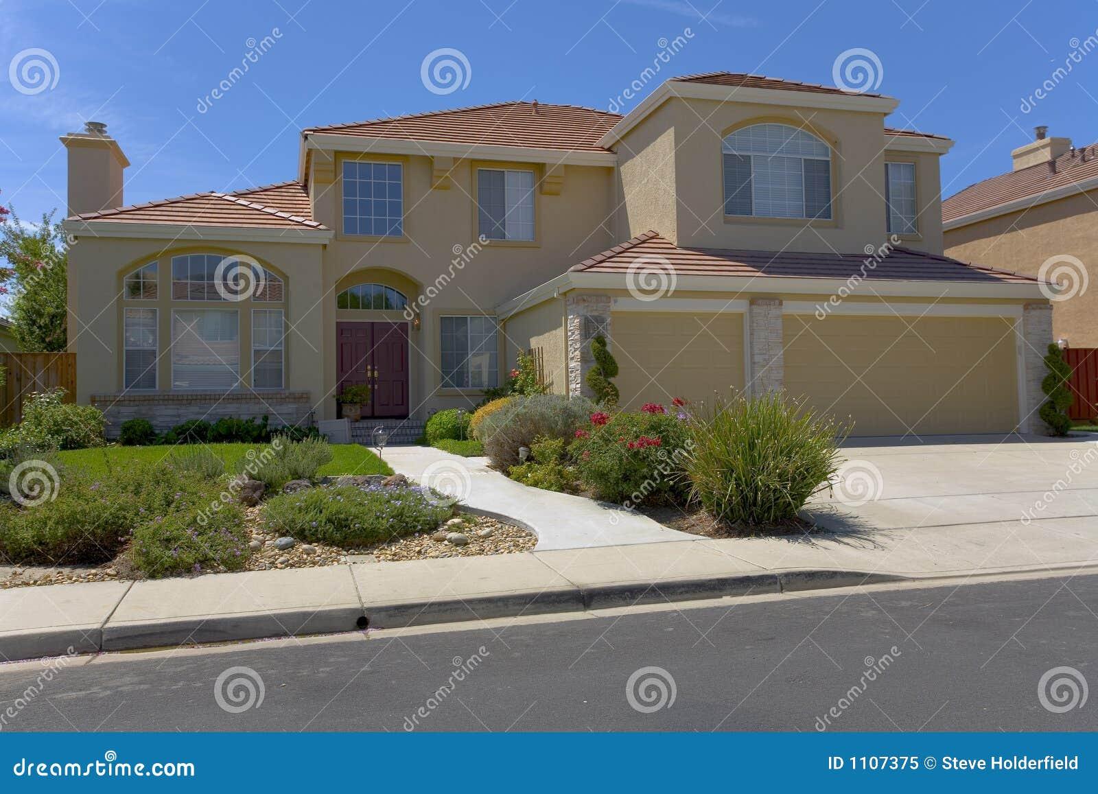casa a due piani contemporanea dello stucco immagine stock
