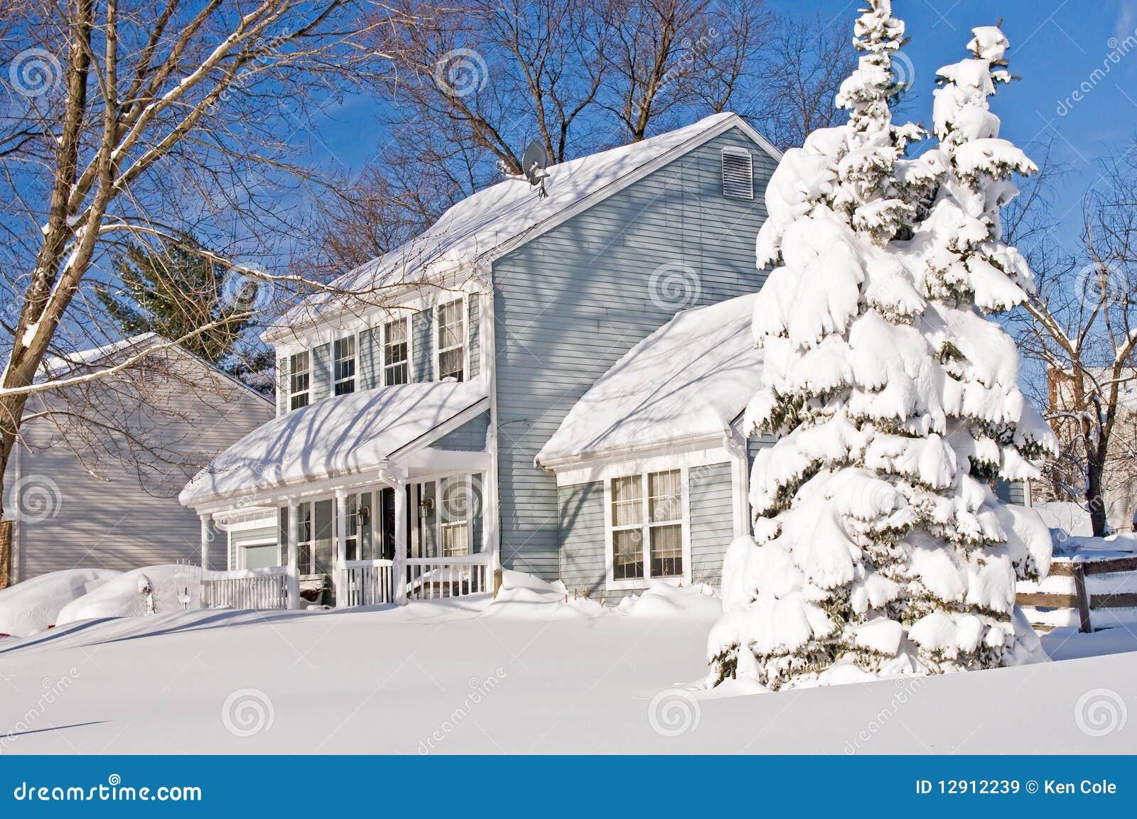 Casa e árvore após a tempestade de neve