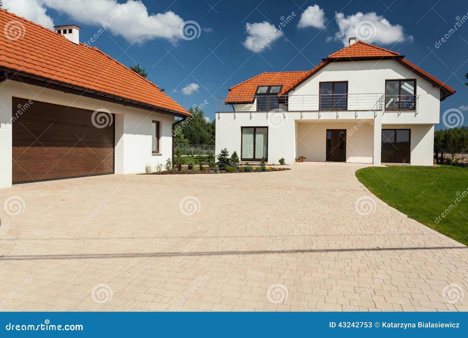 Casa e anexo modernos com garagem foto de stock imagem for Annexe maison moderne