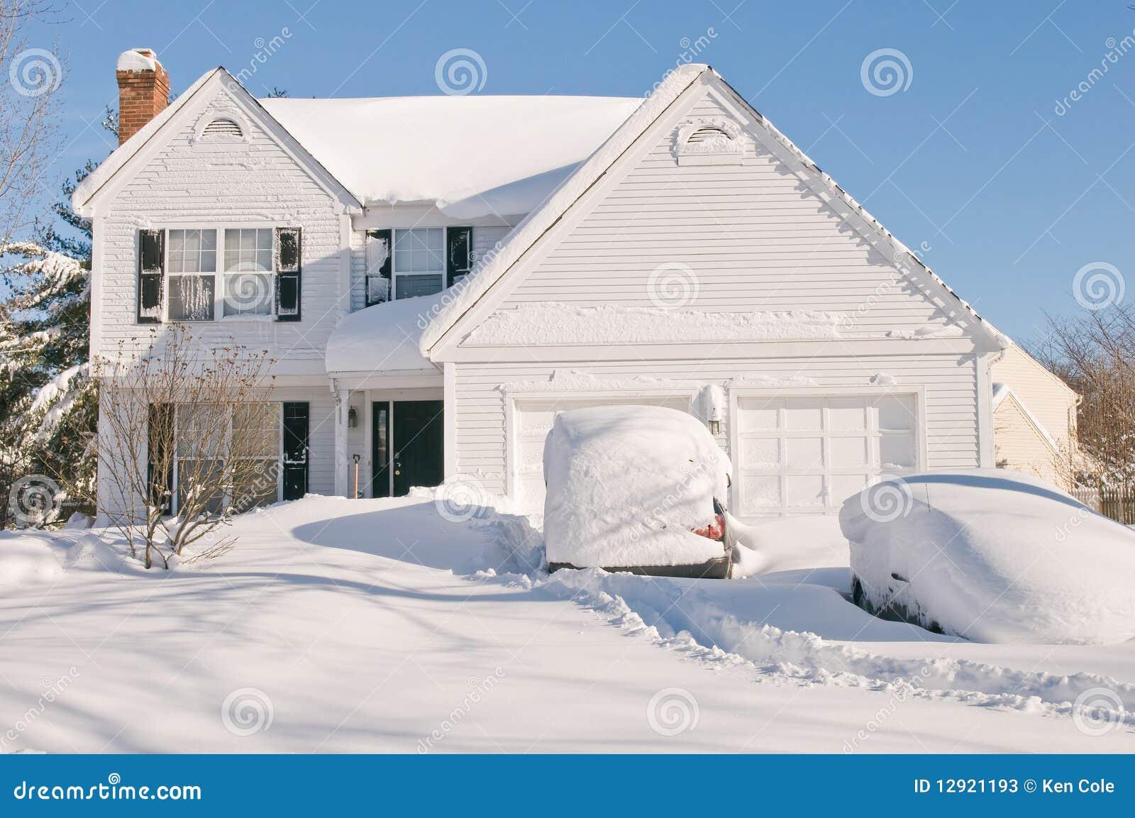 Casa e carros após a tempestade de neve