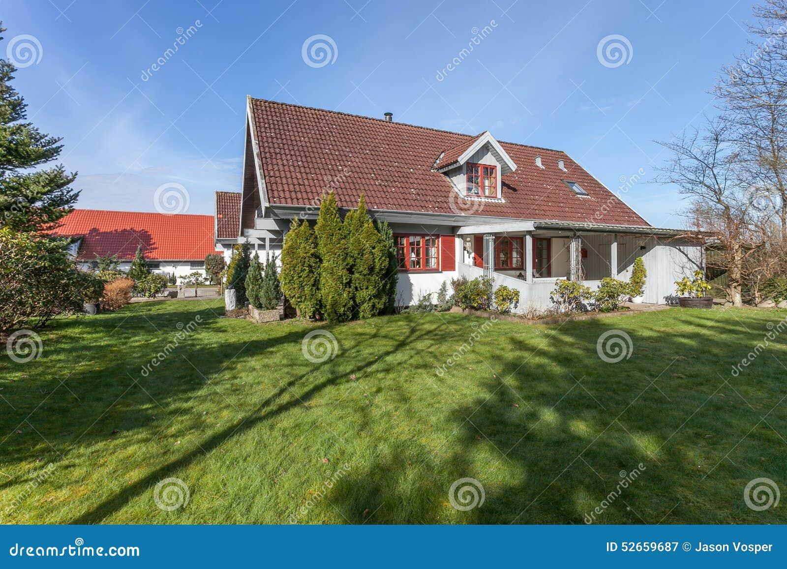 casa-e-jardim-em-dinamarca-52659687.jpg