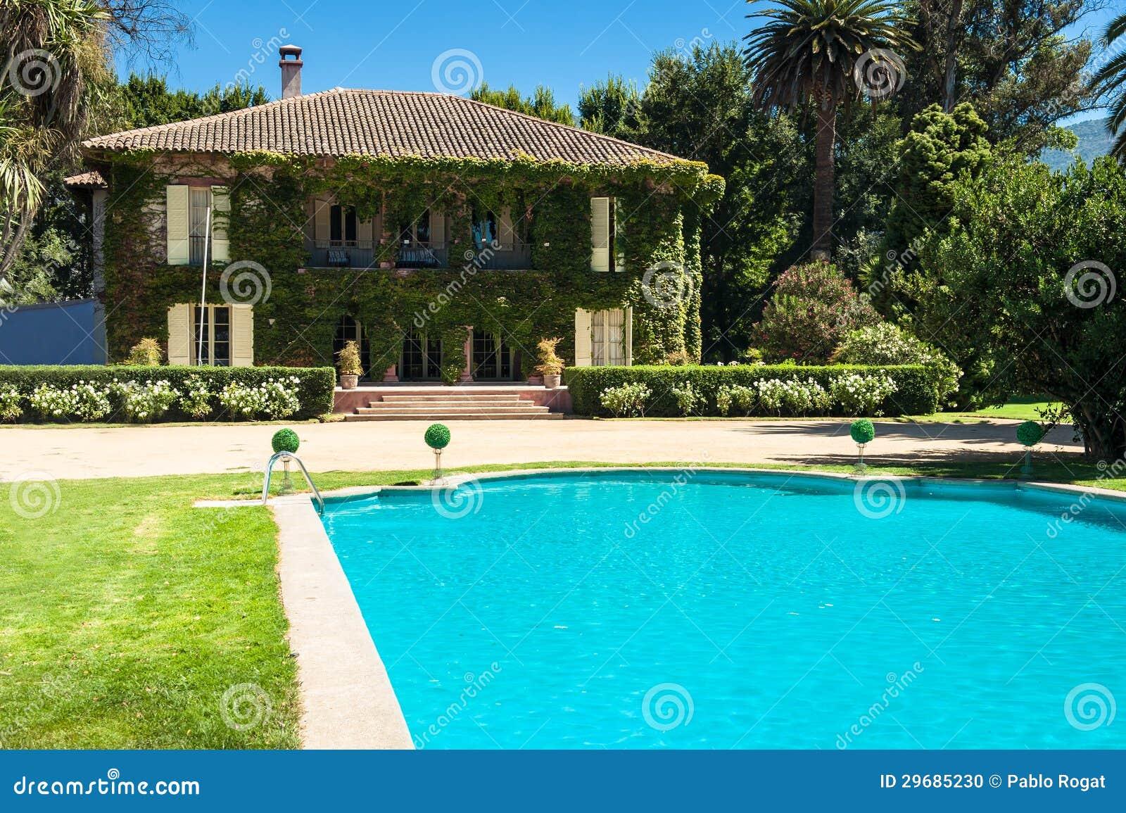 Casa e quintal bonitos foto de stock imagem 29685230 - Business plan piscina ...