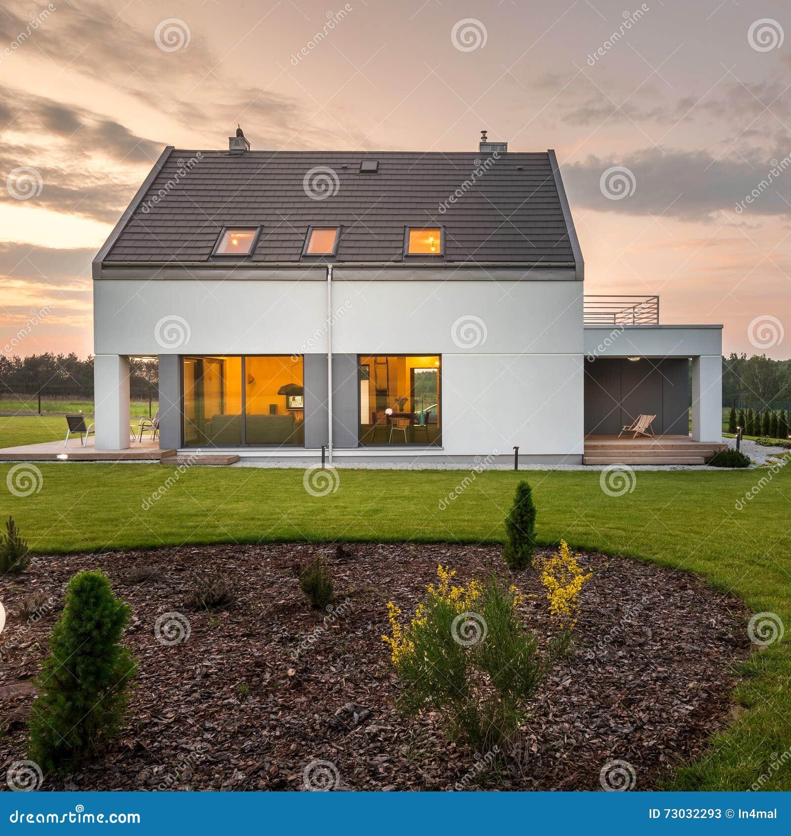 Casa elegante y moderna con el patio trasero