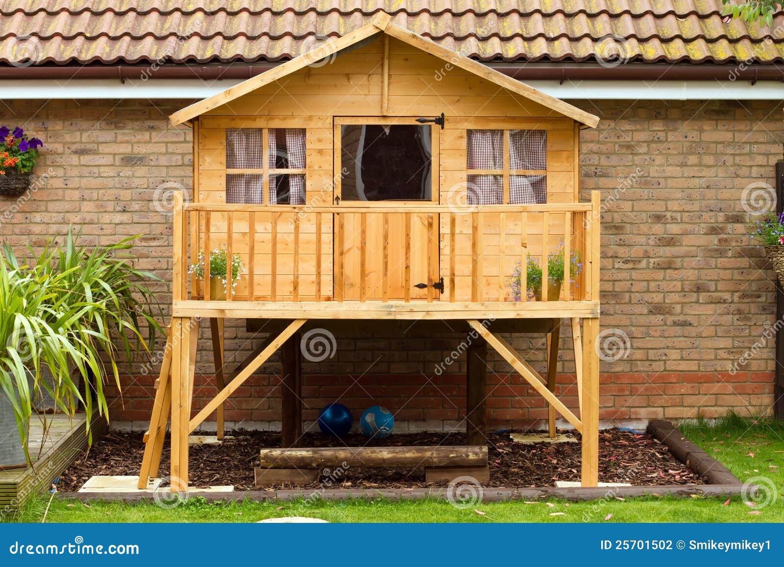 Casa em a rvore de madeira das crian as no jardim foto de for Arriendo casa para jardin infantil