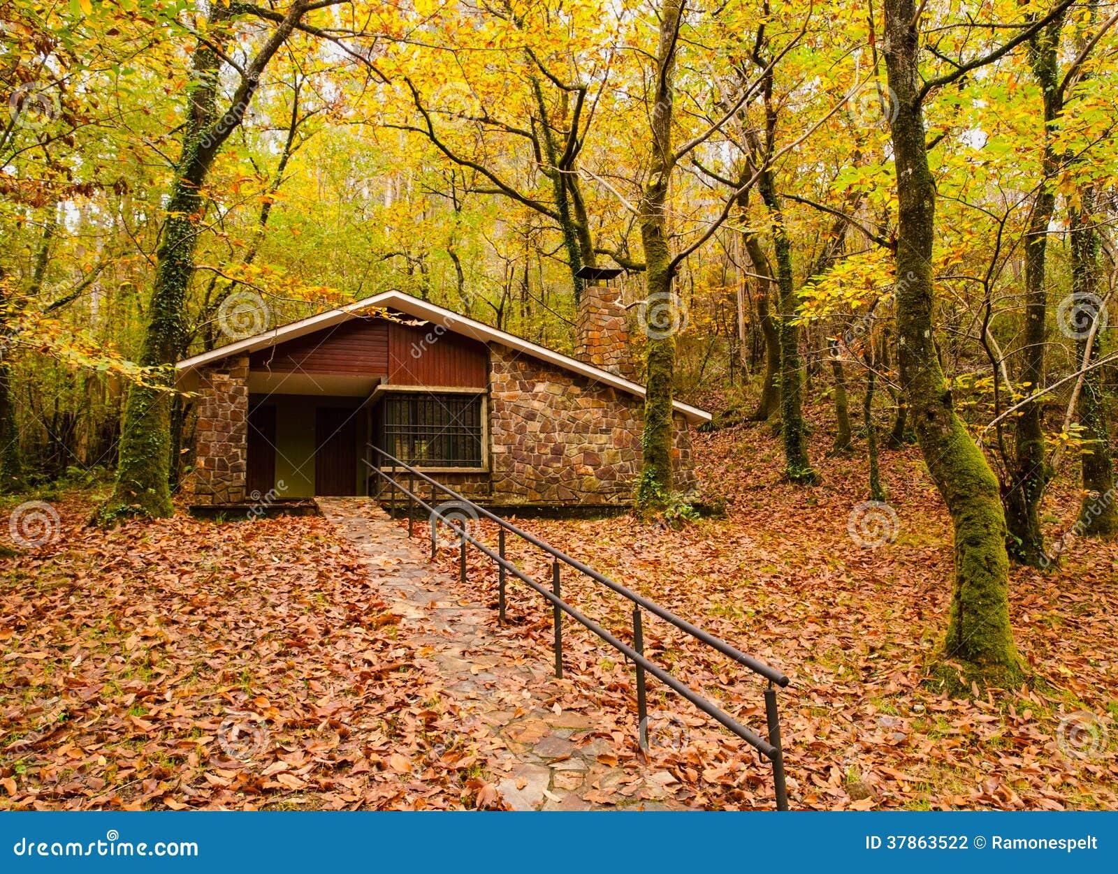 Casa en el bosque en oto o fotograf a de archivo imagen - Casitas en el bosque ...