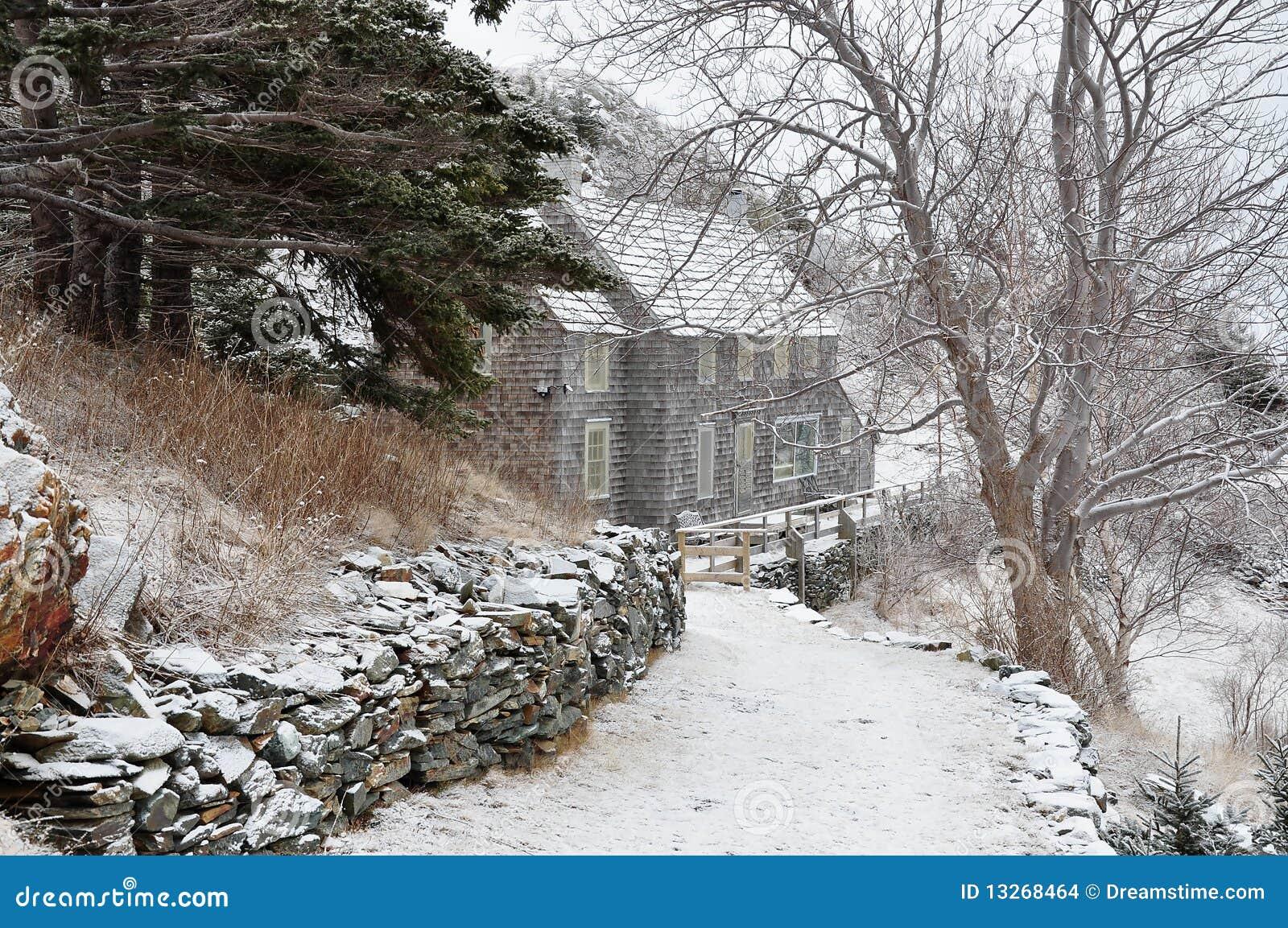 Casa en el camino nevoso