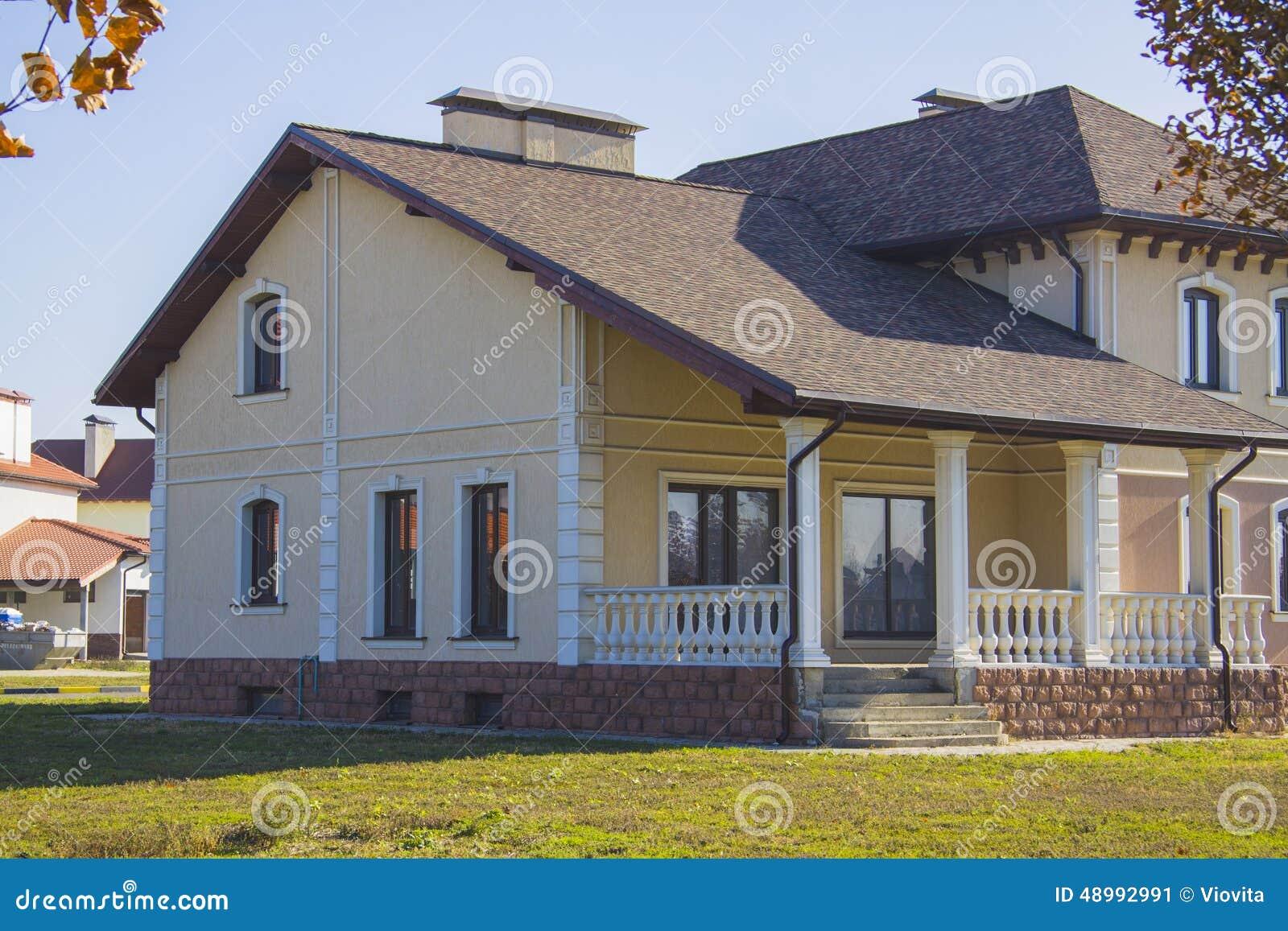 Casa en estilo americano con la terraza foto de archivo for Casas estilo americano