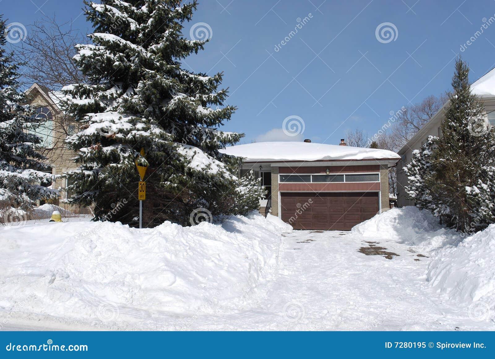 Casa en invierno con los árboles de pino
