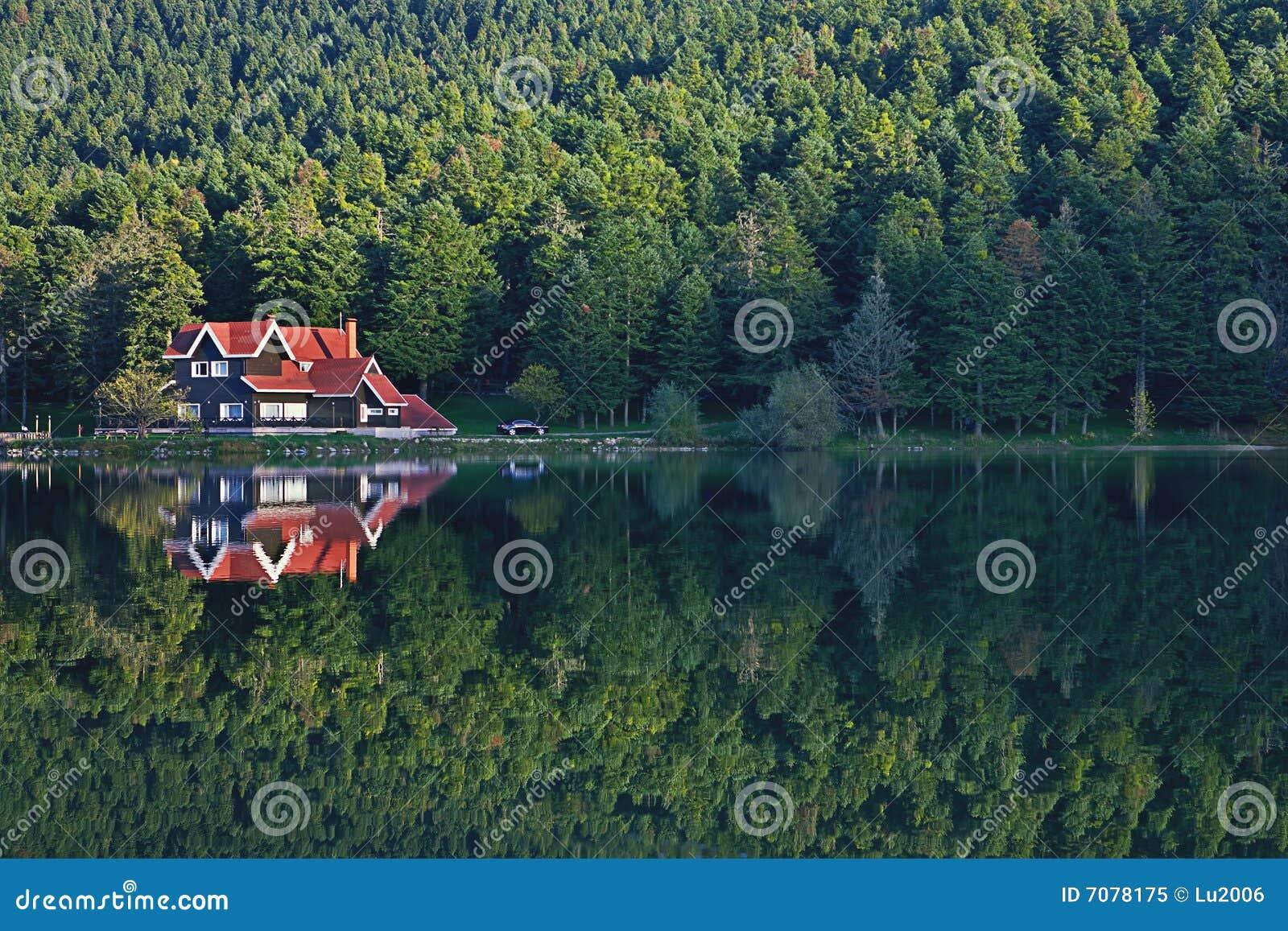Casa en la reflexión Golcuk, Turquía del lago del bosque