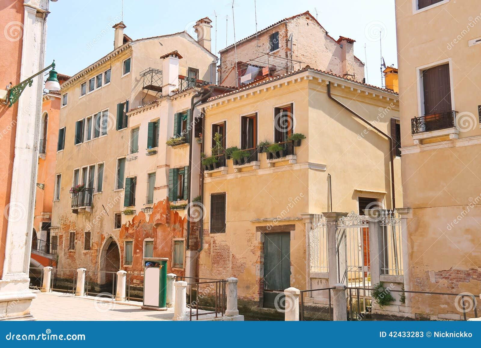 Casa en una calle estrecha en la ciudad italiana de Venecia