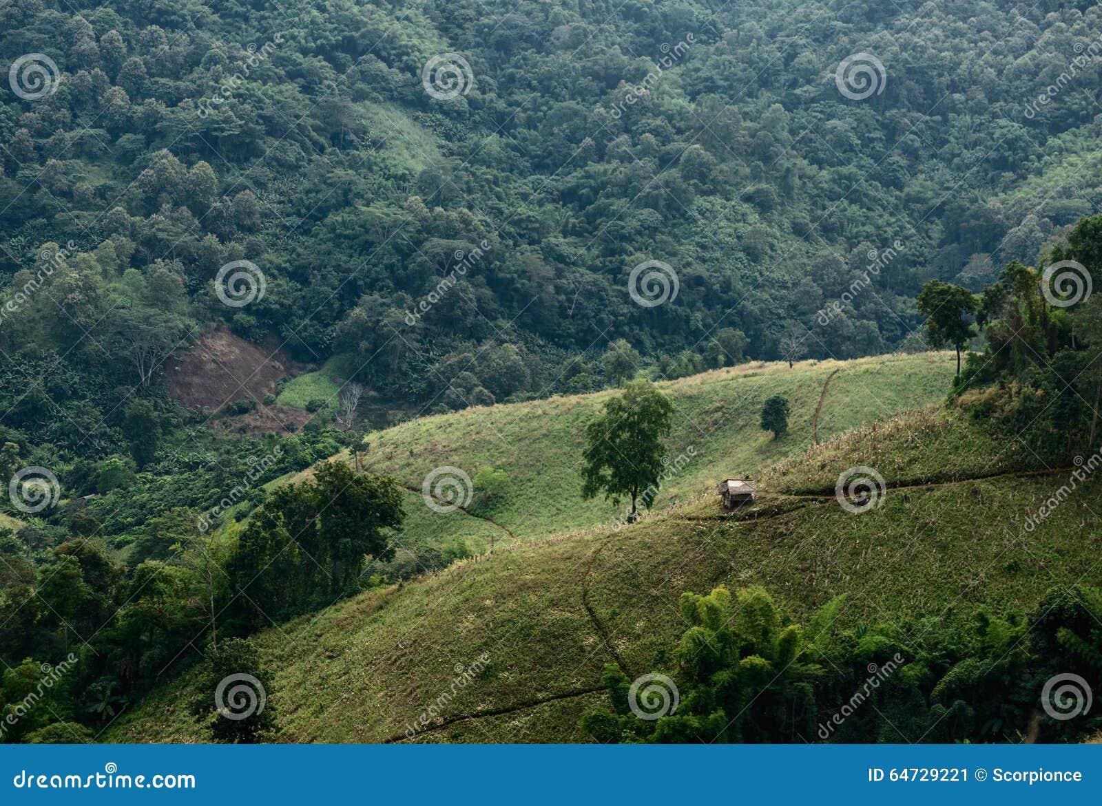 Casa en valle de la montaña