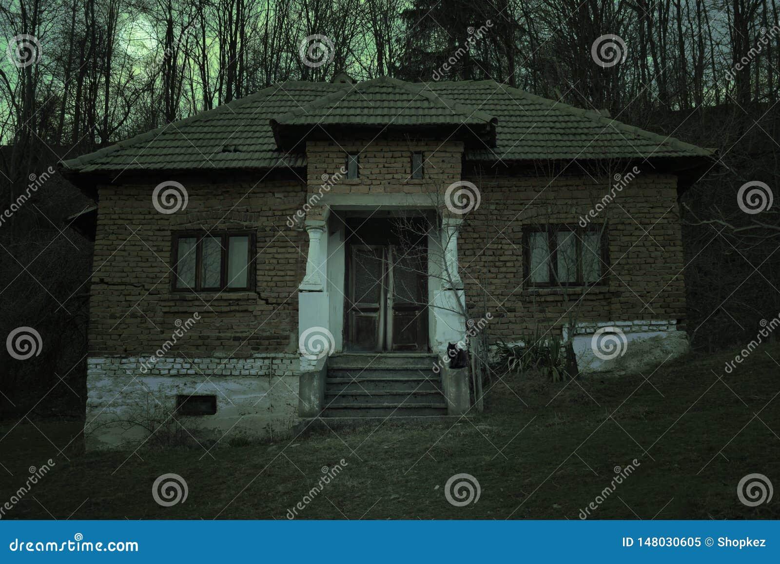 Casa encantada espeluznante con la atm?sfera oscura del horror E