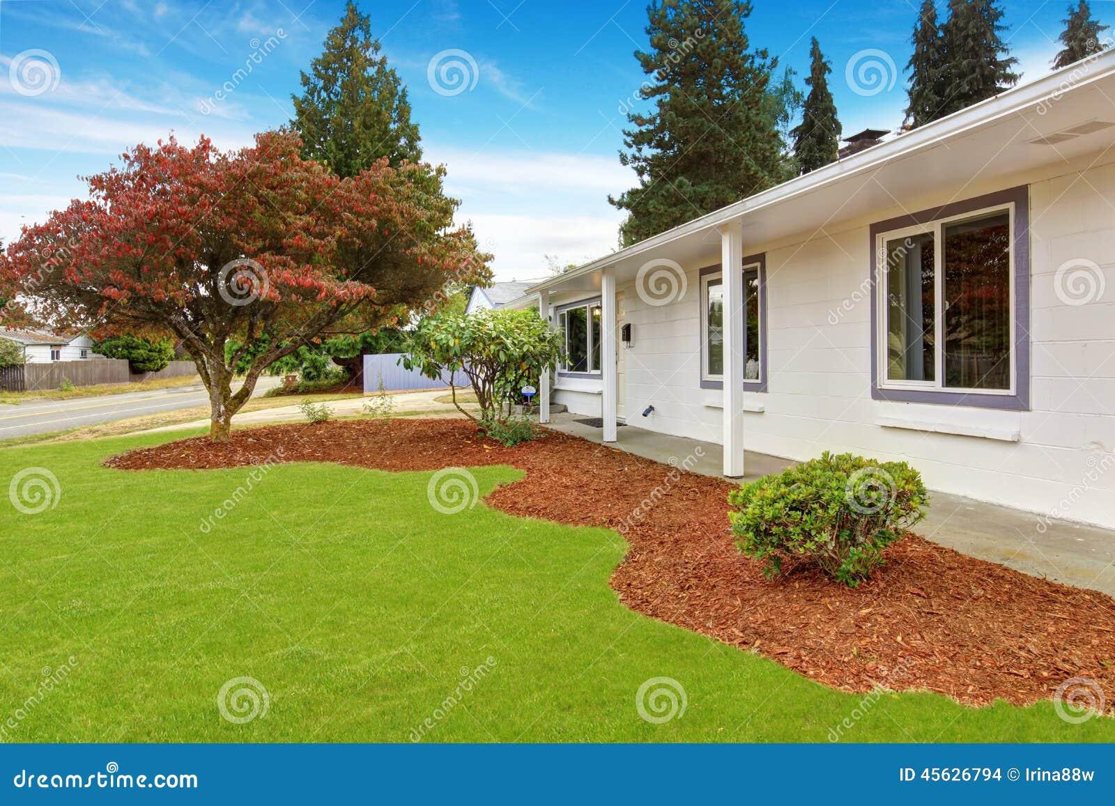 Casa exterior com paisagem do jardim da frente foto de for Exterior de casas