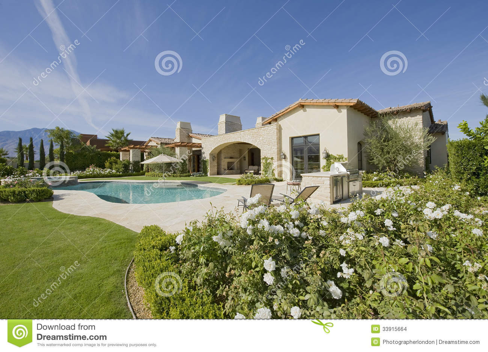 Casa exterior con la piscina y el jardín