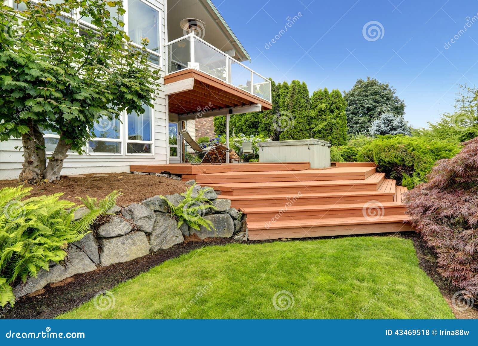 Casa exterior con paisaje del patio trasero foto de for Casas para patios exteriores