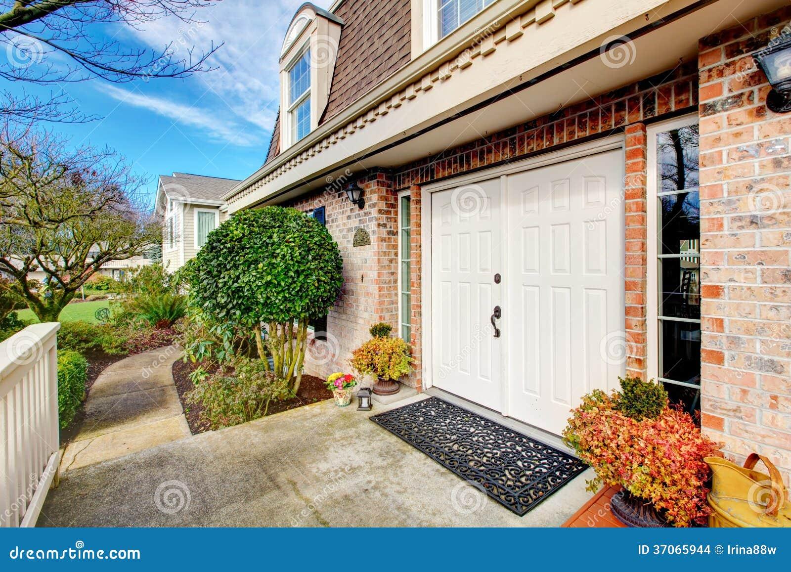 Casa fabulosa do revestimento de pedra portas de madeira - Entradas de casas ...