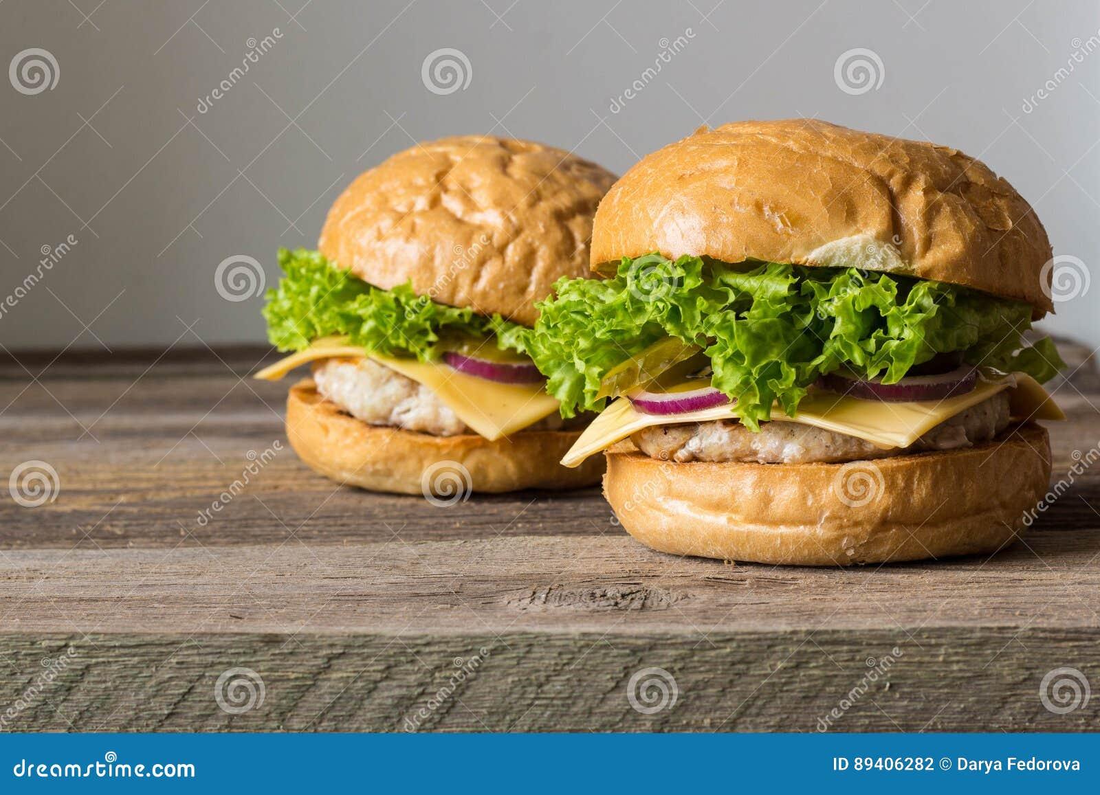 A casa fez hamburgueres saborosos na tabela de madeira