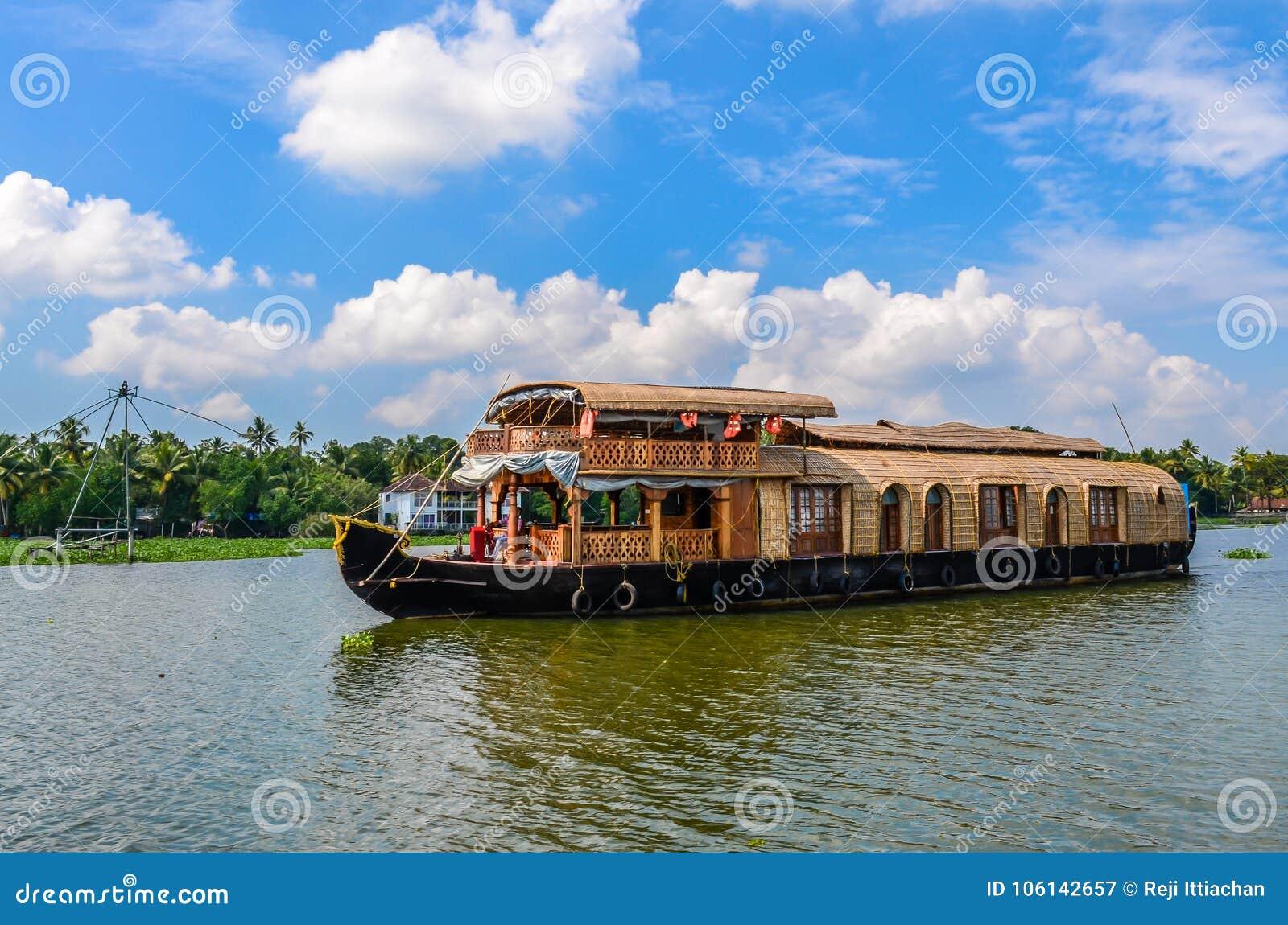 Casa flotante en remansos de Kerala contra un cielo azul