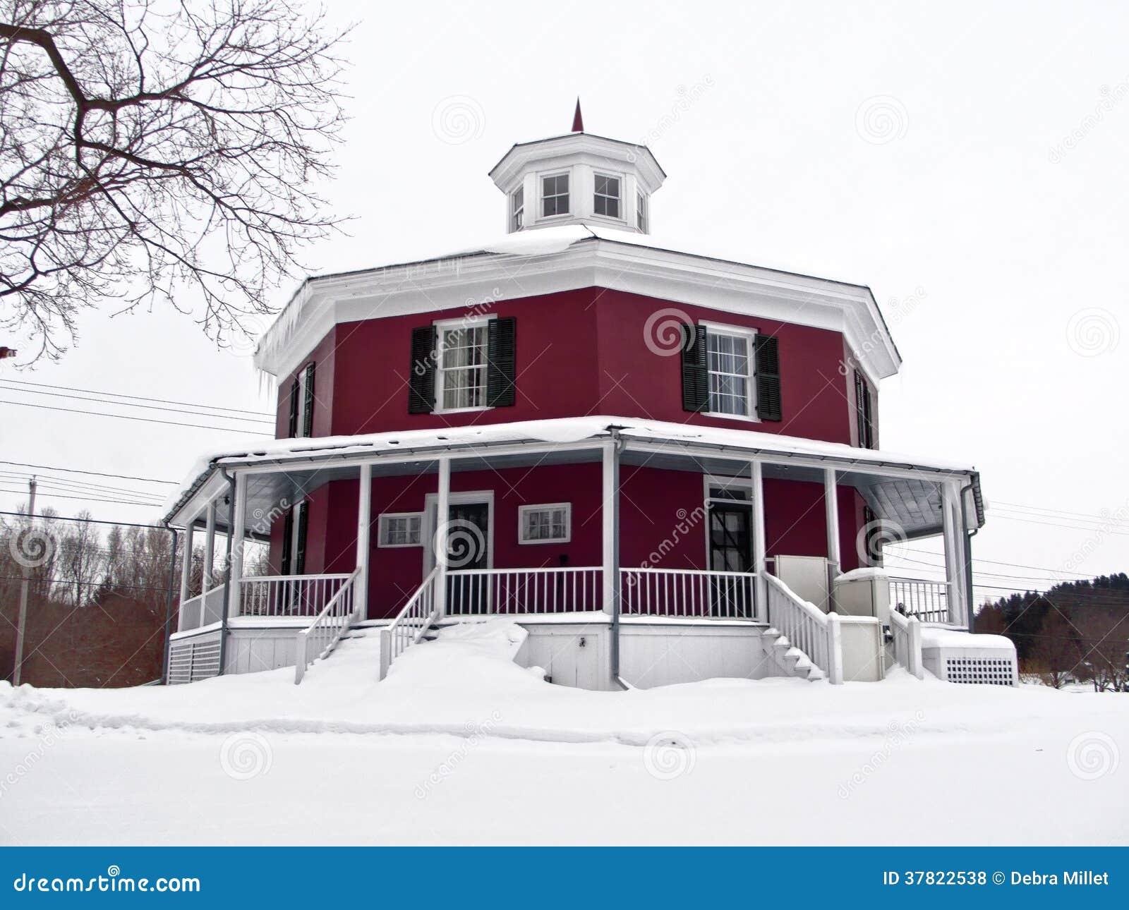 Casa a forma di dell 39 ottagono fotografie stock libere da for Casa a forma di v