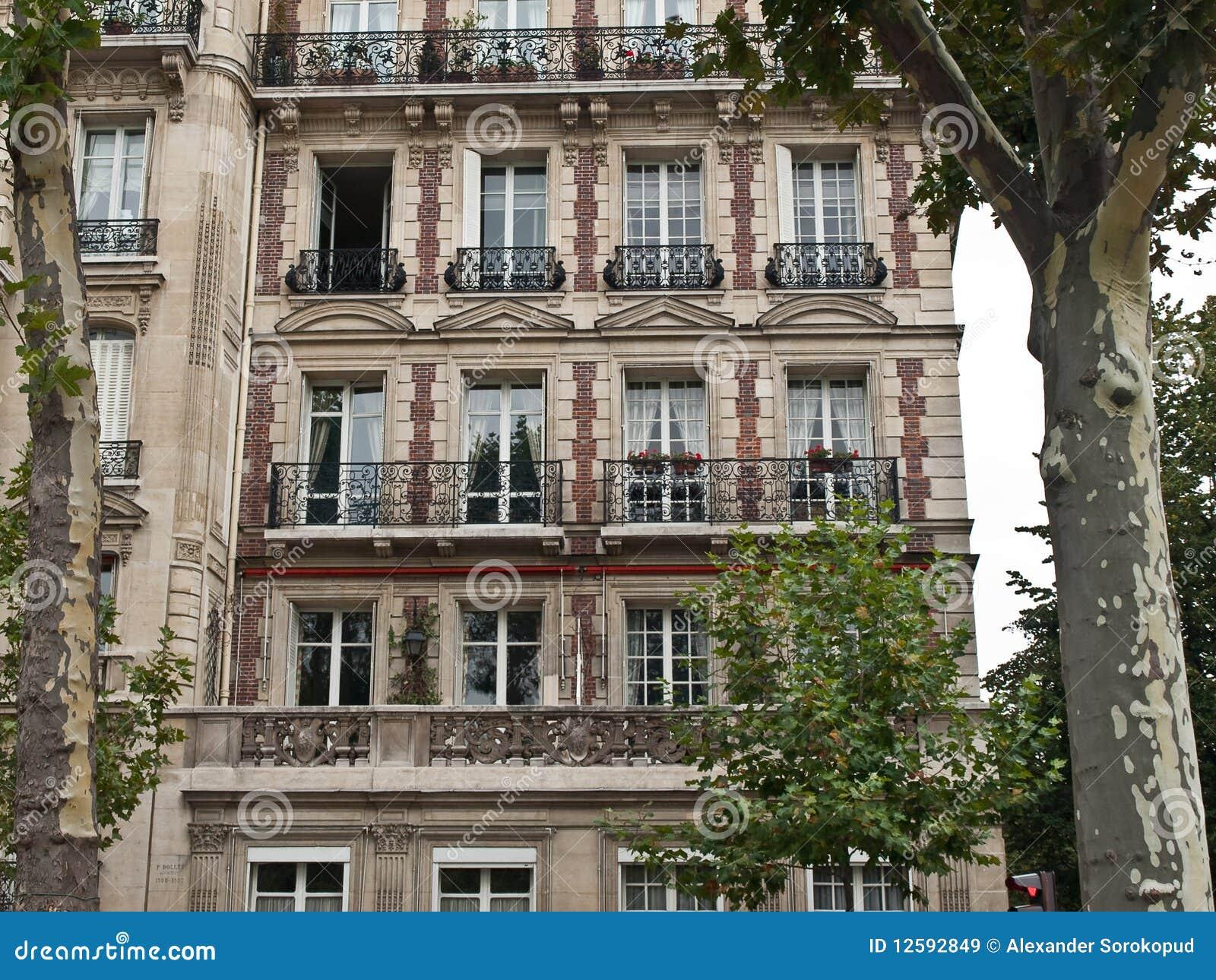 Casa francese classica sulla via di parigi immagini stock for Disegni di casa chateau francese