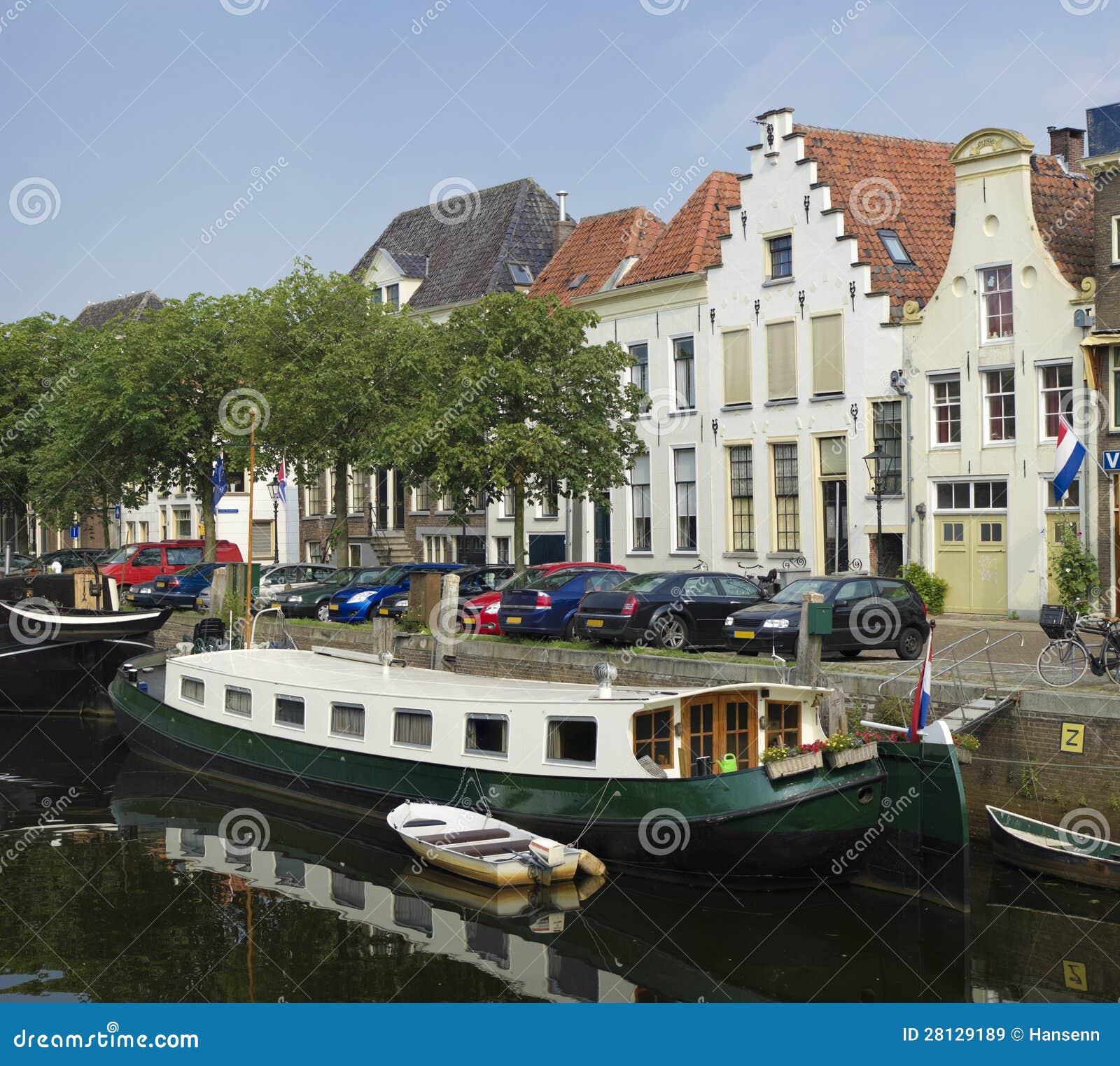 Casa galleggiante in canale