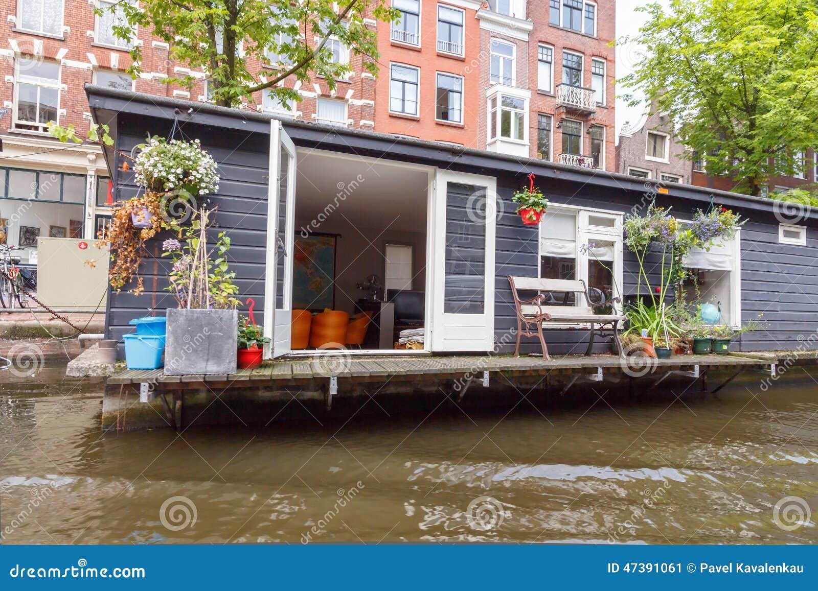 Casa galleggiante tradizionale sui canali di amsterdam for Houseboat amsterdam prezzi