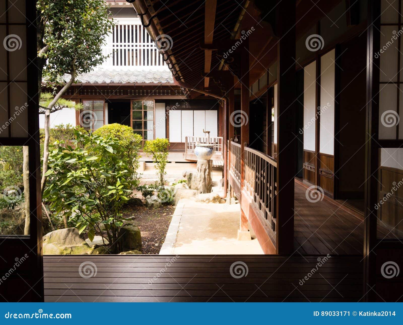 Casa giapponese tradizionale con il giardino interno - Giardino interno casa ...