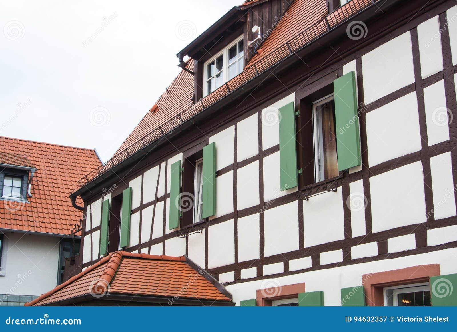 Decorazioni In Legno Per La Casa : Casa a graticcio del villaggio tedesco tradizionale con la