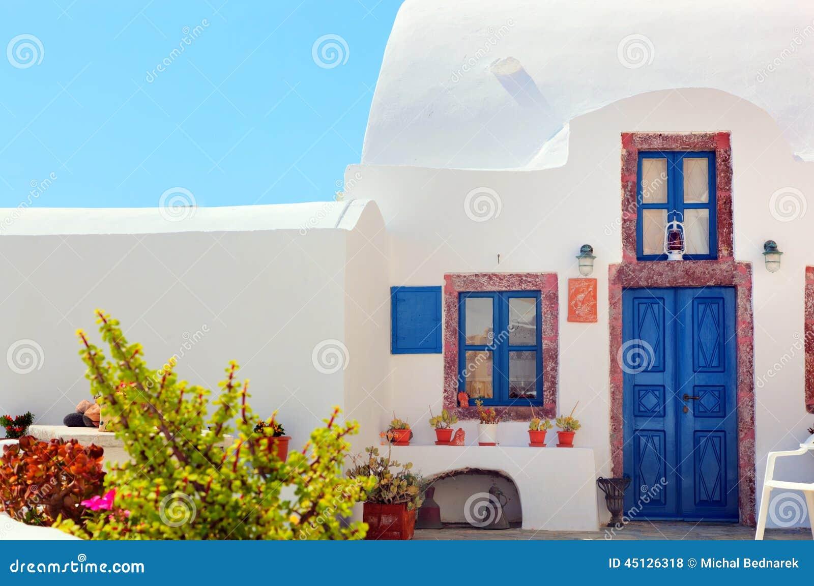 Casa greca tradizionale con la porta e le finestre blu for La pietra tradizionale casa santorini