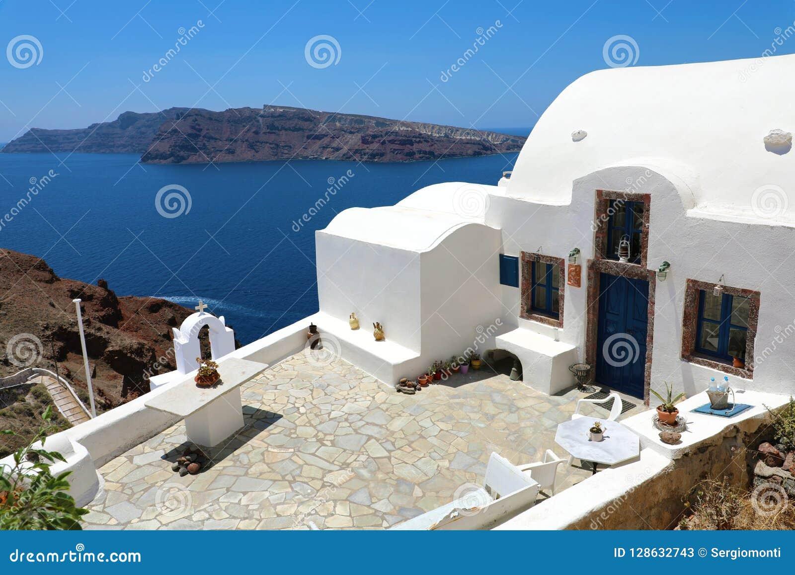 Casa Griega Con La Opinión De La Terraza Y Del Mar