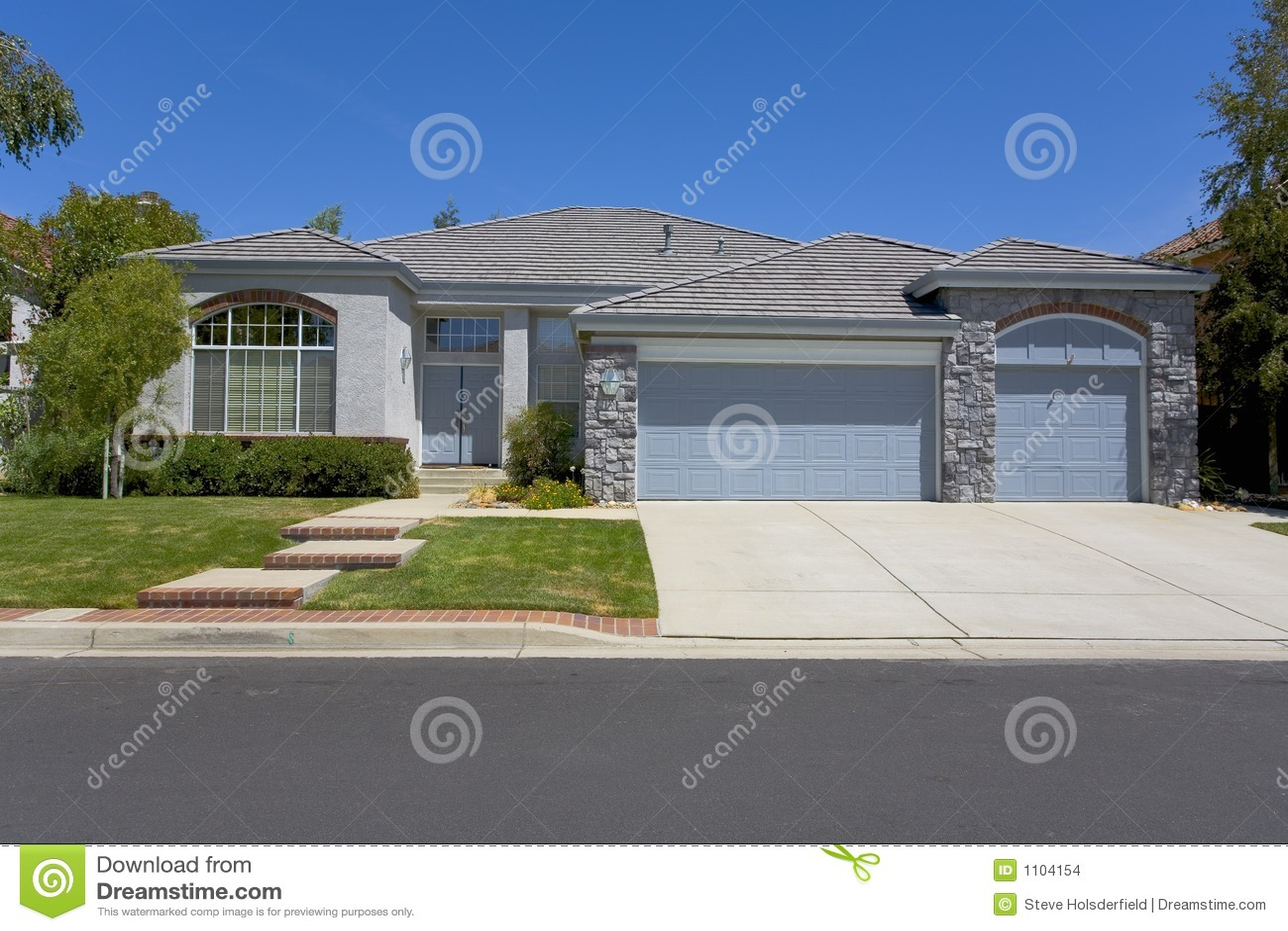 Casa grigia ad un piano con la massoneria immagini stock for Design della casa a un piano
