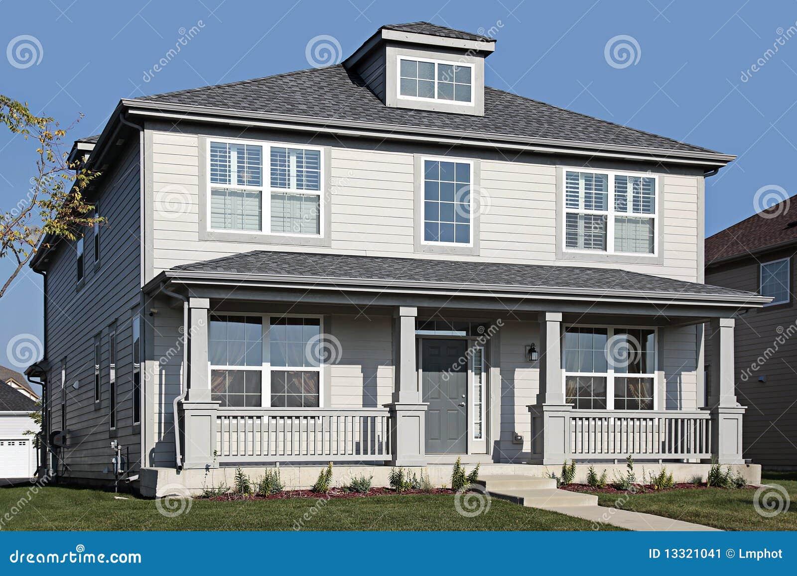 casa grigia con il portico di fronte immagine stock