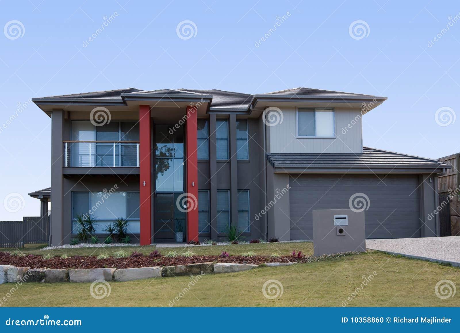 Casa grigia moderna con le colonne rosse fotografia stock for Programmi di casa moderna pdf