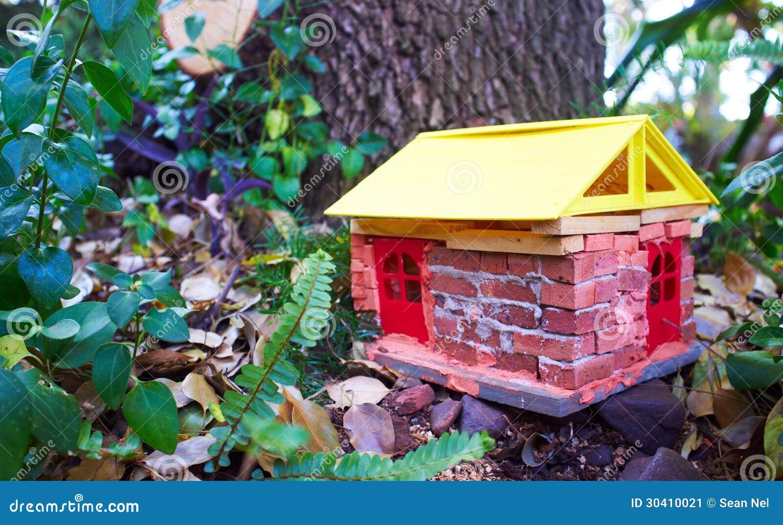 Casa hecha a mano del gnomo imagen de archivo imagen for Decoracion jardin gnomos