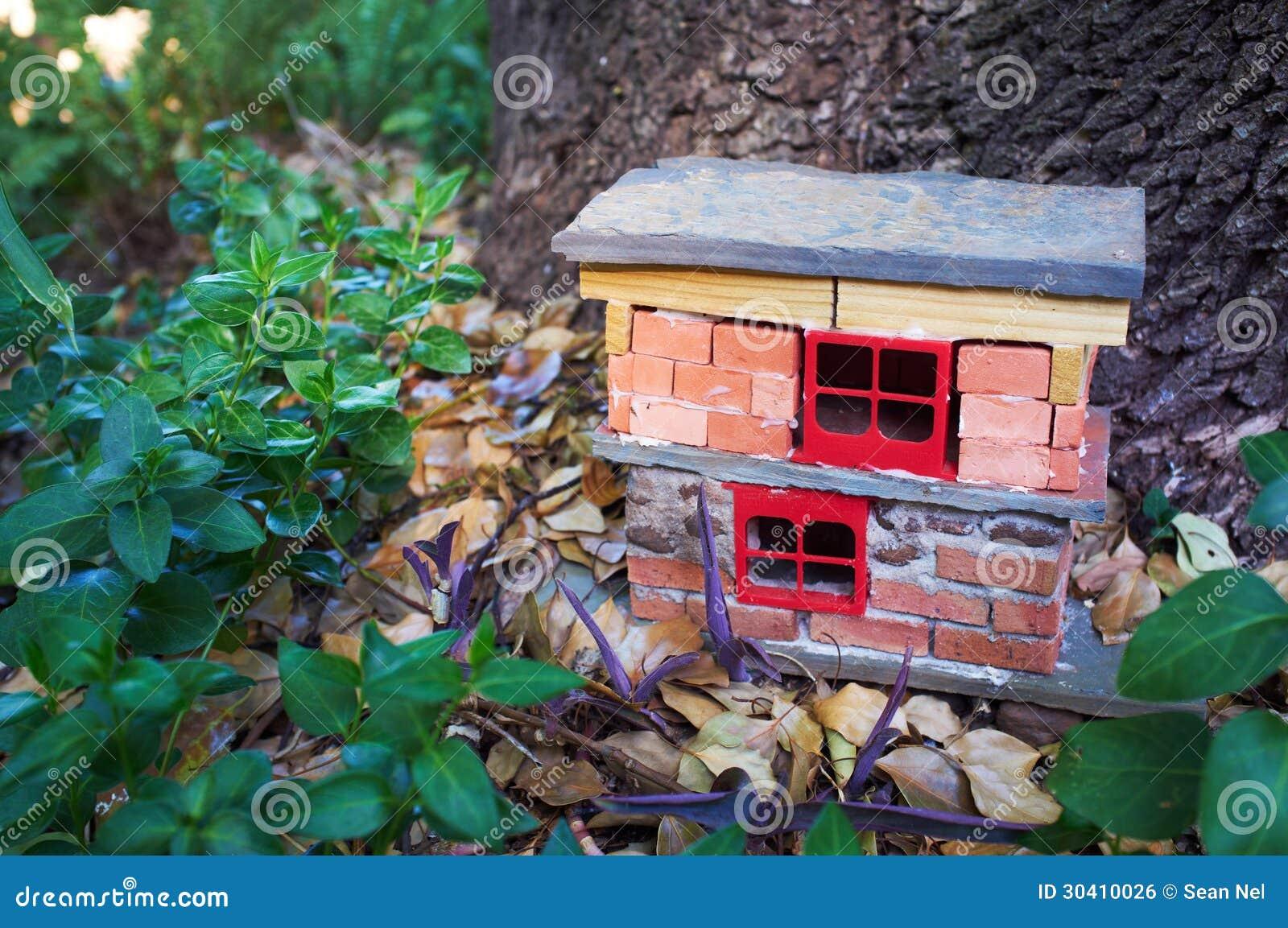Casa hecha a mano del gnomo imagen de archivo libre de for Decoracion jardin gnomos