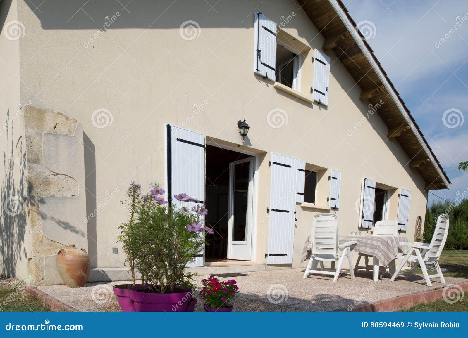 Casa Hermosa De La Familia Con La Terraza Y Las Ventanas