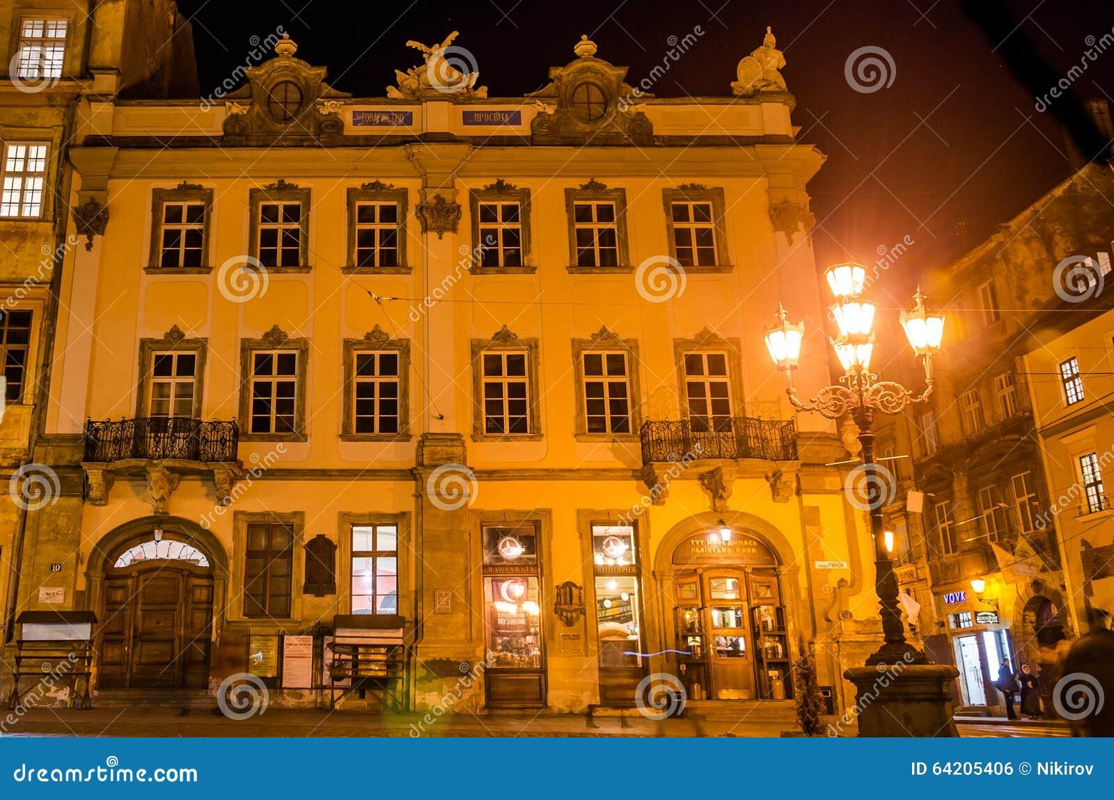 Casa histórica vieja en el centro de la plaza del mercado Lviv de la aclaración de la casa editorial