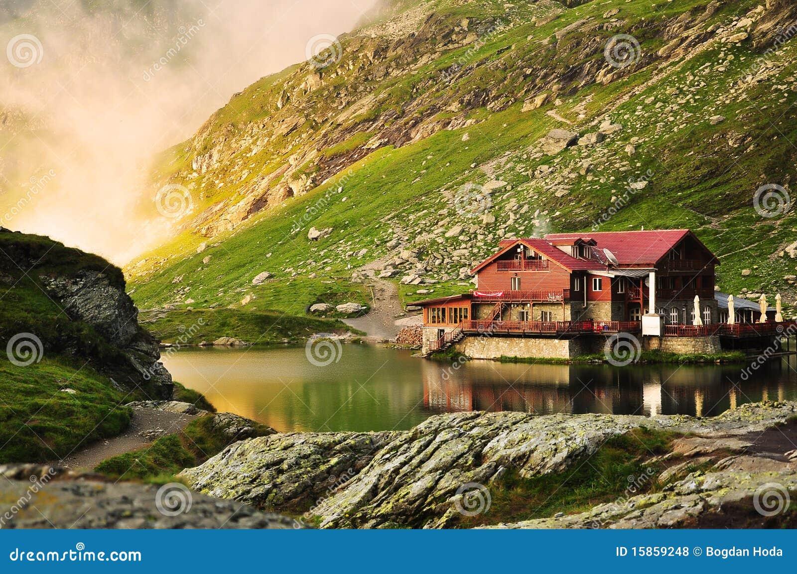 Casa ideal del lago en las montañas