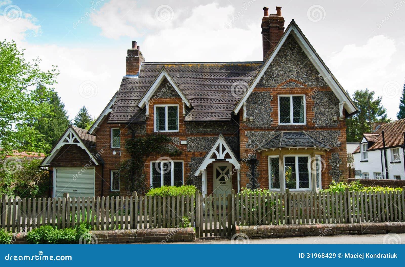 Casa inglese immagine stock immagine di giardino for Case inglesi foto