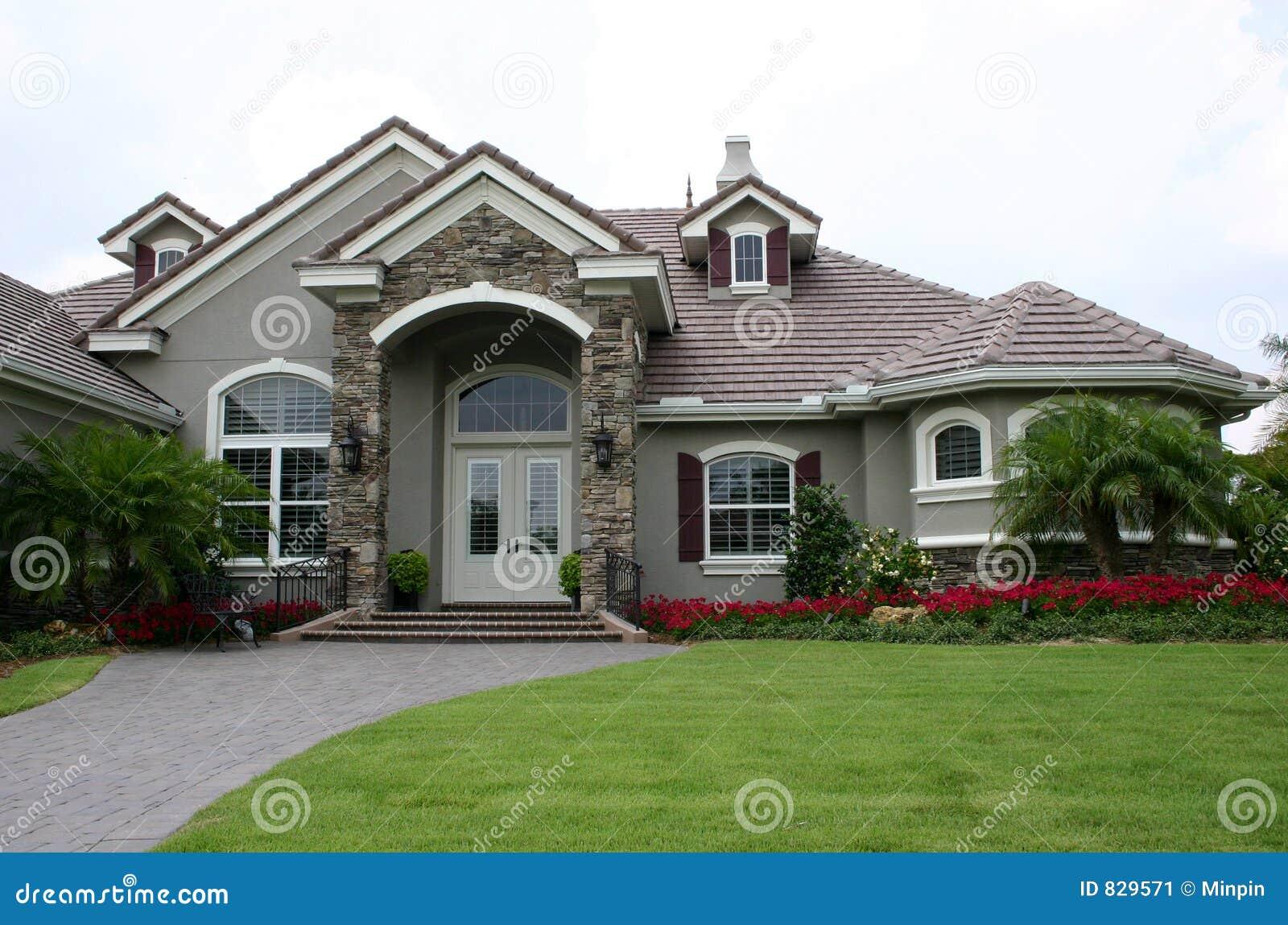Casa inglese della propriet di stile immagine stock for Casa di ranch stile artigiano