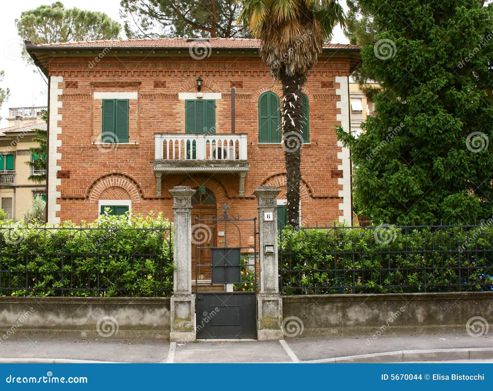 Casa italiana foto de archivo imagen de recorrido for Casa italiana
