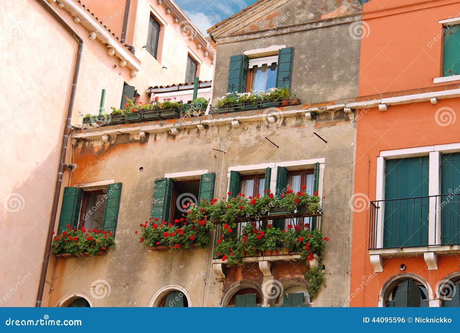 Casa italiana pittoresca con i fiori sui balconi for Casa italiana