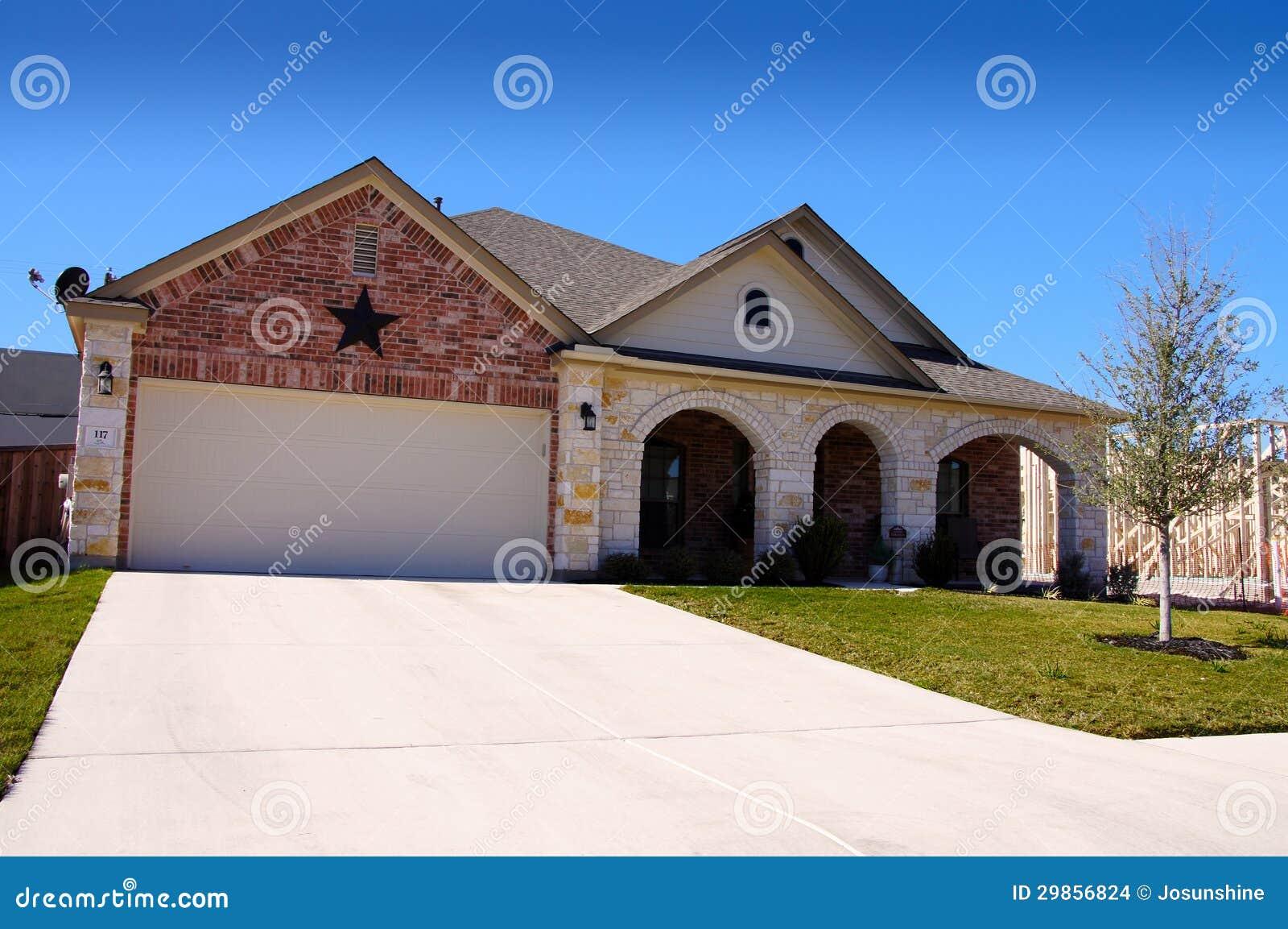 Estrella de la nueva construcci n de la casa de tejas foto de archivo imagen de cielo - Construccion casa de piedra precio ...