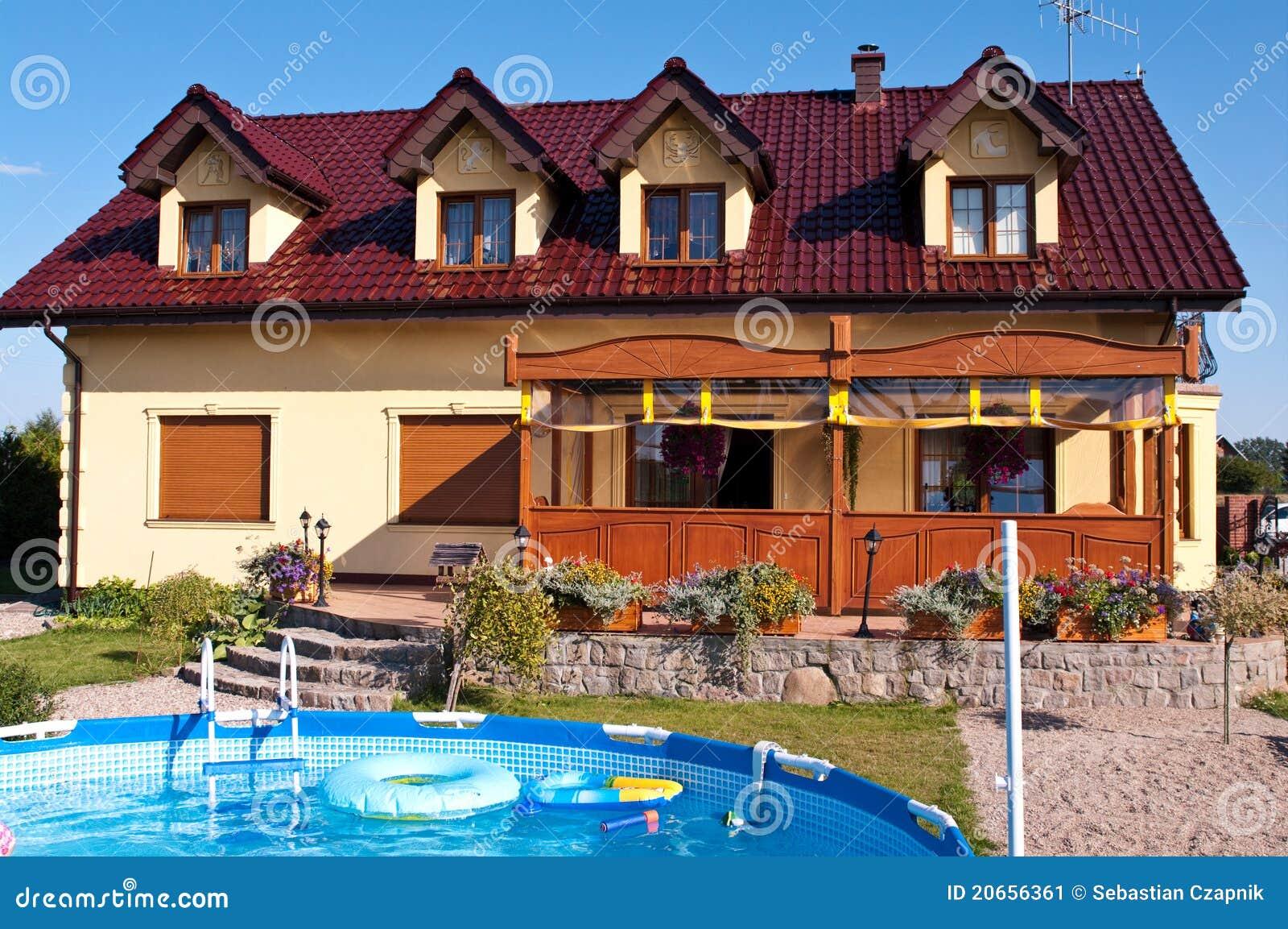 Casa lujosa con la piscina imagen de archivo imagen for Cama lujosa