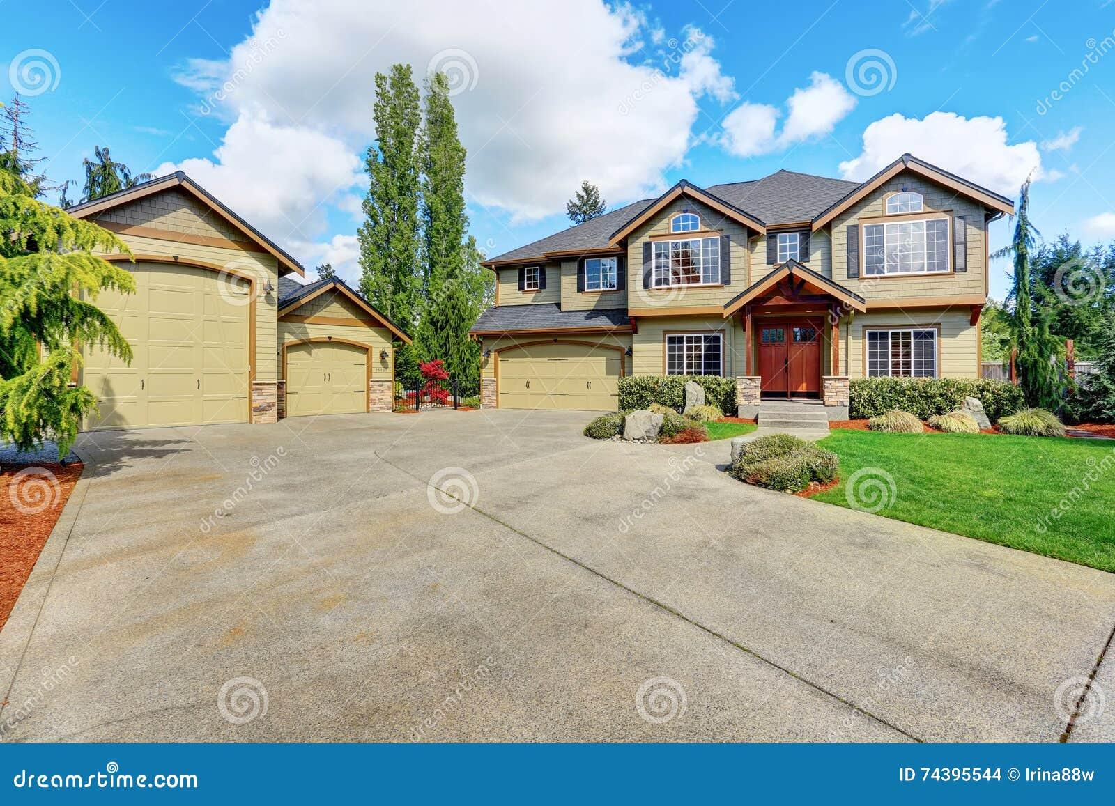 Casa lussuosa con prato inglese ben tenuto e pittura per - Pittura per casa ...